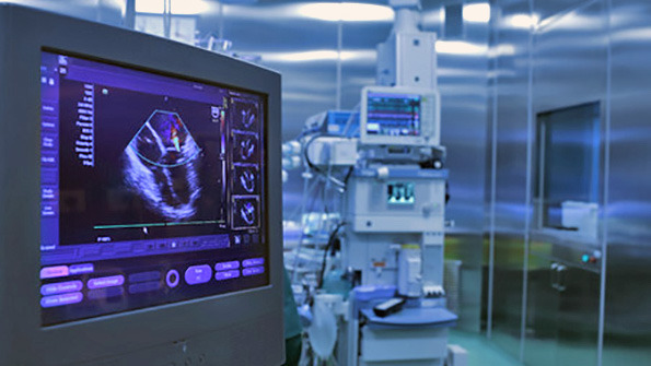43417983 - ultrasound monitoring of the heart during surgery in operating room